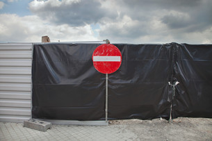 No entry sign on gateの写真素材 [FYI03614329]
