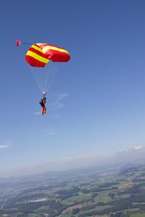 Person parachuting over Thurgau, Switzerlandの写真素材 [FYI03614394]