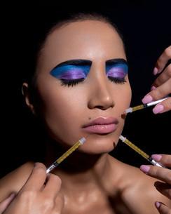 Woman with dramatic eye makeup, having neurotoxin injectionsの写真素材 [FYI03614581]