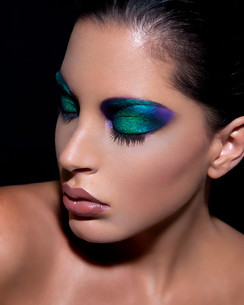 Young woman with dramatic eye makeupの写真素材 [FYI03614584]