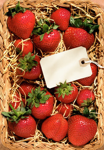 Strawberries in a basket with blank tagの写真素材 [FYI03614640]