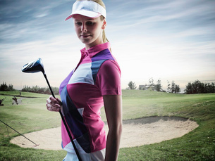 Woman carrying golf club on courseの写真素材 [FYI03614688]
