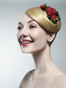 Woman wearing fruit in her hairの写真素材 [FYI03614747]