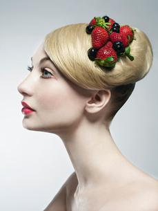 Woman wearing fruit in her hairの写真素材 [FYI03614753]
