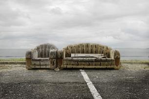 Abandoned couches on roadsideの写真素材 [FYI03614754]