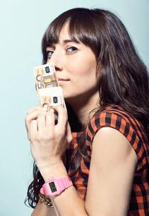 Woman holding Euro billsの写真素材 [FYI03614769]