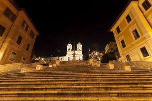 Spanish Steps lit up at nightの写真素材 [FYI03614797]