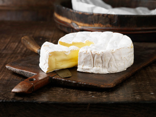 Sliced Camembert cheese on boardの写真素材 [FYI03614829]