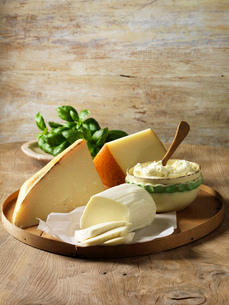 Italian cheeses on wooden boardの写真素材 [FYI03614833]