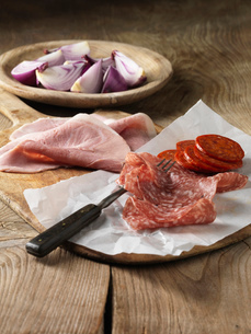 Sliced cured meats with red onionの写真素材 [FYI03614835]
