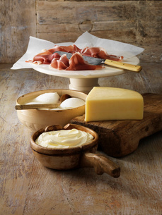 Italian cheeses and parma ham on boardの写真素材 [FYI03614855]