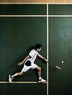 Badminton player laying on courtの写真素材 [FYI03614872]