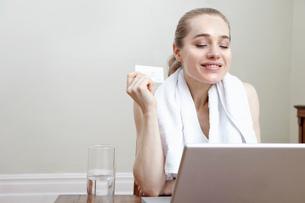 Smiling woman shopping onlineの写真素材 [FYI03614928]