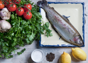 Rainbow trout with spices and vegetablesの写真素材 [FYI03614988]