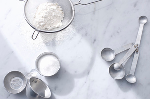 Flour with measuring cups and spoonsの写真素材 [FYI03615048]