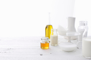 Bottles of oil and milk on tableの写真素材 [FYI03615052]