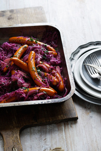 Dish of purple cabbage and frankfurtersの写真素材 [FYI03615067]
