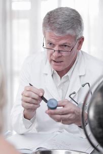 Scientist labeling sample in test tubeの写真素材 [FYI03615110]