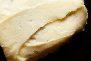 Cinnamon roll cream top, close up, overhead viewの写真素材 [FYI03615399]