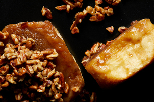 Sticky bun with nuts, close up, overhead viewの写真素材 [FYI03615400]