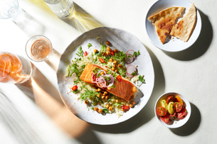 Plate of salmon and salad with pitta bread, overhead viewの写真素材 [FYI03615414]