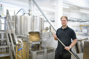 Portrait of master brewer in small breweryの写真素材 [FYI03615439]