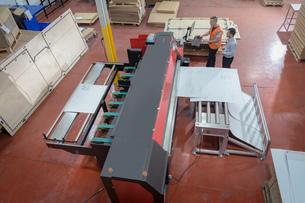 Workers printing cardboard boxes in cardboard box factoryの写真素材 [FYI03615451]