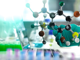 Chemistry research, researcher designing a chemical formula using a molecular modelの写真素材 [FYI03615481]