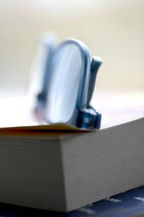 Reading glasses on bookの写真素材 [FYI03615487]