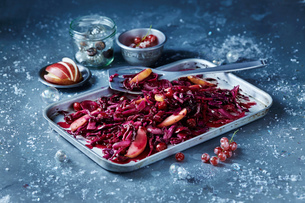 Roasted red cabbage and sliced apple in baking tin, seasonal Christmas foodの写真素材 [FYI03615513]