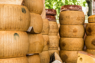Parmesan cheese rounds stacked on food stall, Meran, Trentino Alto Adige, Italyの写真素材 [FYI03615556]