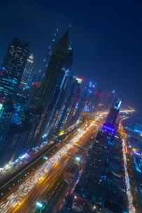 Skyscrapers along Sheikh Zayed Road at evening rush hour, Dubai, UAEの写真素材 [FYI03615613]