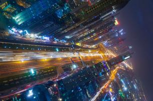Skyscrapers along Sheikh Zayed Road at evening rush hour, Dubai, UAEの写真素材 [FYI03615615]