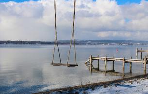 Empty swing near pier, Lake Starnberg, Bavaria, Germanyの写真素材 [FYI03615656]