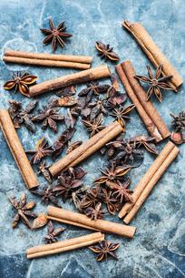 Cinnamon sticks and star aniseの写真素材 [FYI03615692]