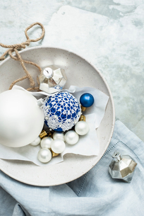Christmas baubles and ornaments on linen clothの写真素材 [FYI03615699]