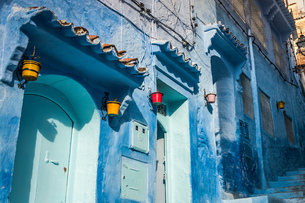 Blue painted house exteriors on stairway, detail, Chefchaouen, Moroccoの写真素材 [FYI03615720]