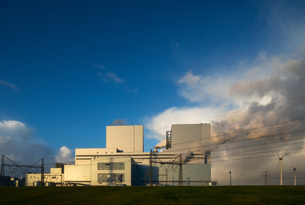Largest coal burning power plant in Netherlands near Eemshaven harbourの写真素材 [FYI03615795]