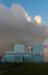 Largest coal burning power plant in Netherlands near Eemshaven harbourの写真素材 [FYI03615796]