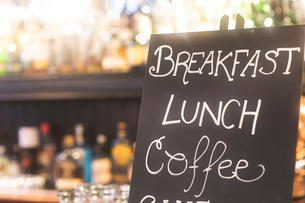 Blackboard advertising meals in pubの写真素材 [FYI03615987]