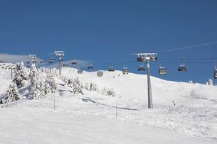 Ski resort, cable cars travelling above snowy slope, Zermatt, Valais, Switzerlandの写真素材 [FYI03616019]