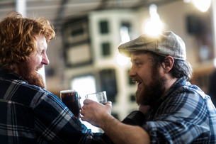 Male customers laughing in traditional Irish public houseの写真素材 [FYI03616030]