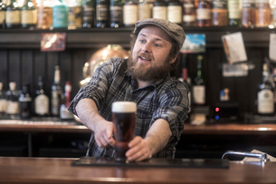 Barman serving beer from bar in traditional Irish public houseの写真素材 [FYI03616033]