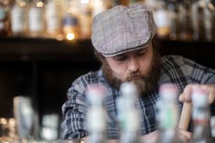 Barman working behind bar in traditional Irish public houseの写真素材 [FYI03616038]