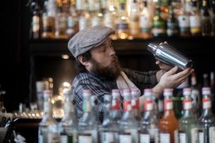 Barman shaking cocktail in traditional Irish public houseの写真素材 [FYI03616039]