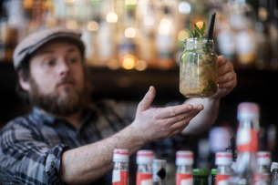 Barman serving jar glass cocktail in traditional Irish public houseの写真素材 [FYI03616043]