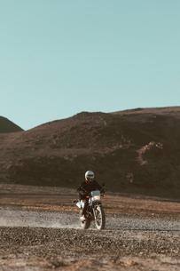 Motorcyclist riding in desert, Trona Pinnacles, California, USの写真素材 [FYI03616863]