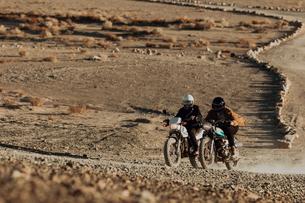 Motorcyclist friends riding in desert, Trona Pinnacles, California, USの写真素材 [FYI03616869]