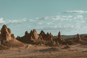 Motorcyclists riding in desert, Trona Pinnacles, California, USの写真素材 [FYI03616874]
