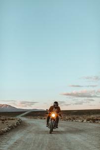 Motorcyclist riding in desert, Trona Pinnacles, California, USの写真素材 [FYI03616881]